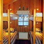 Stugan har två sovrum med fyra sängar i varje. Ni tar själva med lakan, påslakan och örngott. Täcken och kuddar finns. Bottenslafarna har resårmadrasser, överslafarna har vanliga skummadrasser.